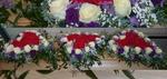 Sargschmuck mit 3 Herzen innen roet außen weiße Rosen